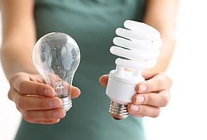 Glühlampe und Energiesparlampe