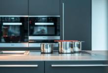 Moderne Küche mit Backofen und Kochtöpfen