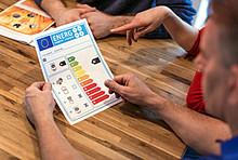 Verbraucher betrachten das neue Verbundlabel für Heizanlagen