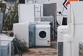 Alte Waschmaschinen und Trockner gehören zu Elektroschrott